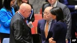 Para Duta Besar untuk PBB, Vasily Nebenzya dari Rusia (kiri), Liu Jieyi dari China (tengah) dan Nikki Haley dari AS (kanan) sedang berdiskusi setelah rapat membahas nuklir Korea Utara, 4 September 2017.