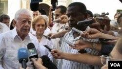 Ansyen Prezidan ameriken an Jimmy Carter, ak madanm li Rosalynn k ap pale ak laprès nan La Avàn 29 mas 2011 la