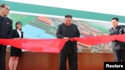 Lãnh tụ Triều Tiên tham dự một buổi lễ cắt băng khánh thành một nhà máy phân bón ở phía bắc Bình Nhưỡng trong một bức hình do thông tấn xã nhà nước KCNA cung cấp, ngày 2 tháng 5, 2020.