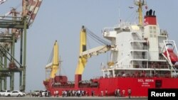Các giới chức Yemen tập trung gần chiếc tàu chở vật phẩm cứu trợ đến cảng Aden hôm 21/7/2015.