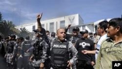 کۆمهڵی پـۆلیسی یاخیبوو له بهردهم بارهگاکهیاندا ناڕهزایی خۆیان بهرامبهر به سهرۆکی وڵاتهکهیان دهردهبڕن، پـێـنجشهممه 30 ی نۆی 2010