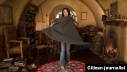 Rini Sugianto, animator the Hobbit: the Desolation of Smaug, berfoto di set rumah karakter Bilbo Baggins (foto: dok).