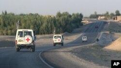یک کاروان صلیب سرخ بین الملل در حال انجام ماموریت در افغانستان - عکس از آرشیو