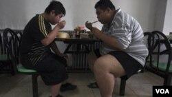 Pasien yang dirawat akibat obesitas di rumah sakit Tianjin, Tiongkok. Dokter kadang merekomendasikan bedah untuk menurunkan berat badan.