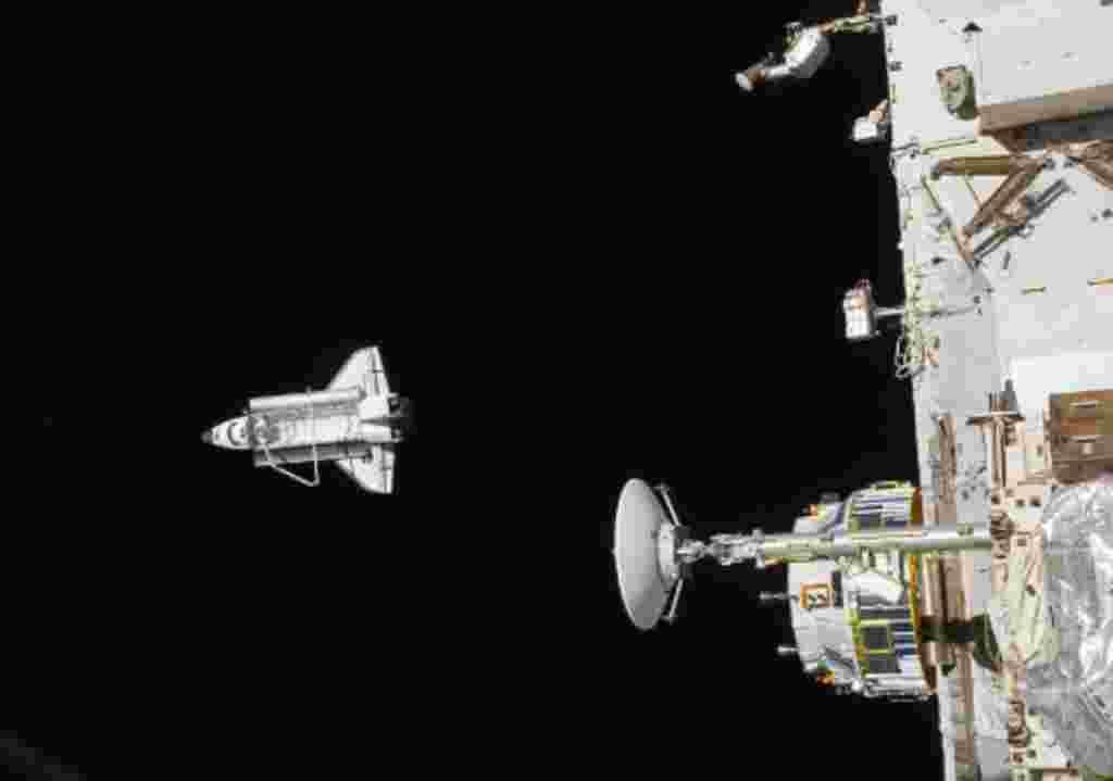 En esta imagen se ve al trasbordador Discovery alejándose de la Estación Espacial Internacional.