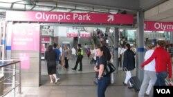 """Estación del tren subterráneo conocido en Londres como """"tube"""". [Foto: Luis Facal, Enviado Especial de la VOA a Londres]."""