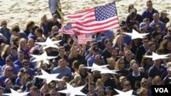 Estados Unidos goza de amplio apoyo entre la población australiana, según encuestas. form a giant U.S. flag as they mark the attacks on the United States one year ago today, September 11, 2002. American flags hung at half mast in Australia and Ne