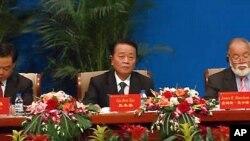 지난해 창춘에서 열린 동북아무역박람회에서 라선 특구 육성방침을 발표하는 구본태 북한 무역성 부상 (오른쪽)