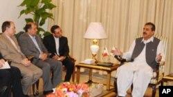 巴基斯坦總理吉拉尼(右)星期四召集該國的政黨領導人和軍隊指揮官在伊斯蘭堡舉行會議﹐表示美國應該停止譴責巴基斯坦對地區不穩定負責。