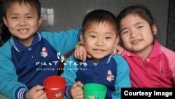 북한 강원도 원산 애육원(고아원) 아이들이 캐나다의 민간구호 단체 '퍼스트 스텝스가 지원한 두유를 마시고 있다. 퍼스트 스텝스 사진 제공. (자료사진)