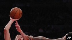 NBA紐約尼克斯亞裔美國球員林書豪(17號)在對薩克拉門托帝皇的比賽時投籃。