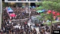 Hàng ngàn phụ huynh và học sinh tụ tập bên ngoài trụ sở chính của chính phủ trên khắp Hồng Kông, phản đối kế hoạch mở các lớp yêu nước để dạy cho trẻ em về lịch sử và chủ thuyết của Đảng Cộng Sản Trung Quốc, ngày 3/9/2012 (Ivan Broadhead / VOA)