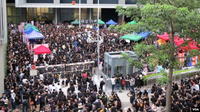 "Thousands of parents and children gathered outside government headquarters across Hong Kong, protesting the launch of a ""national education"" program in city schools, September 3, 2012. (VOA - I. Broadhead)"