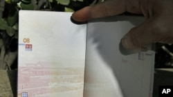 Hộ chiếu của Trung Quốc có in hình bản đồ 'lưỡi bò' trên góc trái, 23/11/12