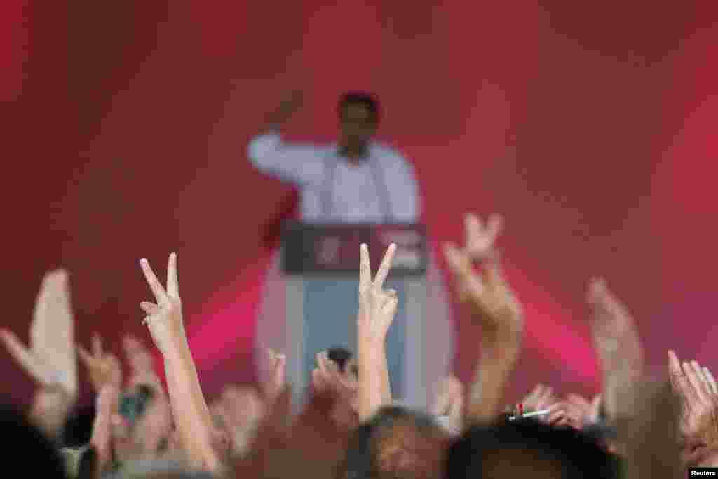 Người ủng hộ giơ tay làm biểu tượng chiến thắng trong khi cựu Thủ tướng Hy Lạp và lãnh đạo đảng cánh tả Syriza, Alexis Tsipras, phát biểu trong một cuộc tập hợp vận động cuối cùng trước cuộc tổng tuyển cử vào Chủ nhật, trên quảng trường chính Syntagma ở thành phố Athens, Hy Lạp.