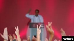 Mantan perdana menteri Yunani dan pemimpin partai kiri Syriza, Alexis Tsipras, berpidato saat reli kampanye terakhir sebelum pemilu hari Minggu (20/9).