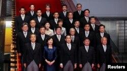 日本新首相岸田文雄(前排中)宣布组成新内阁(路透社2021年10月4日)