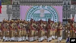 인도 남부 텔랑가나주에서 2일 새로운 주의 출범을 알리는 행사가 열린 가운데, 경찰들이 행진하고 있다.