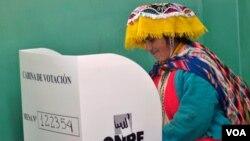 Según cifras oficiales del gobierno peruano, 19,9 millones de peruanos participarán en los comicios, unas 750.000 personas lo harán desde el exterior.