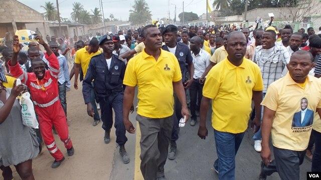 Abel Chivukuvuku durante uma marcha da CASA-CE no Soyo, província do Zaire, durante a campanha de 2012 (CASA-CE)