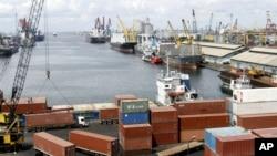 Para pekerja pelabuhan membongkar muatan dari kapal di Pelabuhan Tanjung Priok, Jakarta. (Foto: Dok)