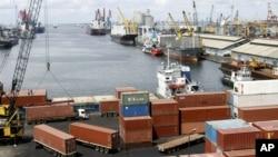 Kegiatan bongkar muat barang (kontainer) di pelabuhan Tanjung Priok, Jakarta (foto: dok).
