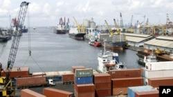 Pekerja pelabuhan menurunkan peti kemas dari sebuah kapal di pelabuhan Tanjung Priok. (Foto: dok.)