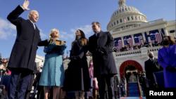 拜登在美国国会大厦举行的第59届总统就职典礼上宣誓就任美国第46任总统