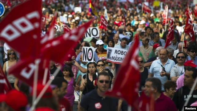 People take part in a demonstration called for by trade unions against government spending cuts, austerity measures and labor reform, in Madrid, June 20, 2012.