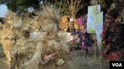 Para penari mengenakan kostum bambu di Solo Bamboo Biennale, Solo. (VOA/Yudha Satriawan)