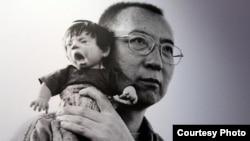 劉霞作品之一的劉曉波與玩偶(網絡圖片)