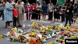 12月6日民眾在曼德拉位於約翰內斯堡的居所外﹐以鮮花表達對他的懷念。