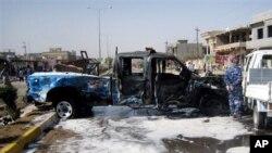 Một chiếc xe của cảnh sát bị hư hại sau vụ đánh bom ở Kirkuk, 180 dặm (290 km) về phía bắc thủ đô Baghdad.