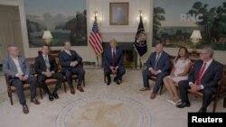 Presidenti Donald Trump në Shtëpinë e Bardhë me ish-pengje të liruar gjatë administratës së tij.