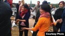 Người Việt ở Dresden giúp chuyền bao cát gia cố bờ kè. (Ảnh: Bùi Trương Bình)