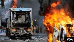 Al menos 20 policías resultaron heridos en los últimos disturbios entre los habitantes molestos de Nápoles y un gobierno que no encuentra cómo eliminar la basura de la ciudad.
