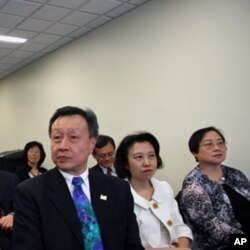(照片最左面对镜头女士)世界台湾同乡会联合会会长程韵如