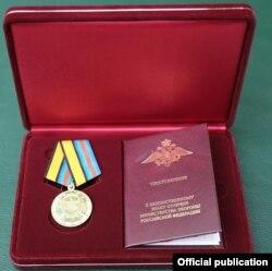 Strengthening the Military Commonwealth ဂုဏ္ထူးေဆာင္တံဆိပ္။ (ဓာတ္ပံု - Sr. Gen. Min Aung Hlaing' Facebook - ဇြန္ ၂၄၊ ၂၀၂၀)