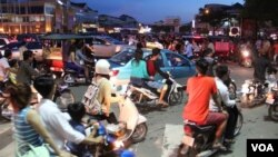 Traffic in the evening after a traffic accident on Sothearos Boulevard in Phnom Penh, Cambodia, October 26 2014. (Nov Povleakhena/VOA Khmer)