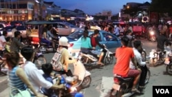 Traffic during rush hour in Phnom Penh, Cambodia, October 26 2014. (Nov Povleakhena/VOA Khmer)