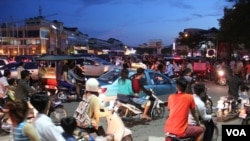 FILE: Traffic in the evening after a traffic accident on Sothearos Boulevard in Phnom Penh, Cambodia, October 26 2014. (Nov Povleakhena/VOA Khmer)