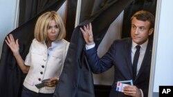 امانوئل ماکرون و همسرش پس از رای دادن