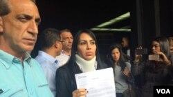 """Legisladora Delsa Solorzona fue seriamente agregida, pero dice que no está para """"reposo"""". [Foto: Alvaro Algarra, VOA].."""