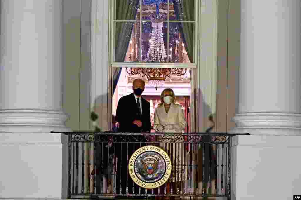 صدر جو بائیڈن کیپٹل کمپلیکس میں حلف اٹھانے کے بعد وائٹ ہاؤس پہنچے جہاں انہوں نے خاتون اول جل بائیڈن کے ہمراہ وائٹ ہاؤس کے بلیو روم کی بالکونی میں آ کر تصاویر بھی بنوائیں۔