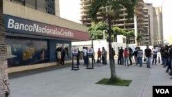 públicas al darse a conocer el anuncio de intentar reestructurar la deuda externa de Venezuela. (VOA/Nicole Kolster)