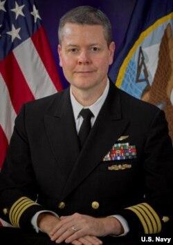 """""""仁慈号""""医疗指挥官约翰·罗特拉克上校 (美国海军资料照)"""