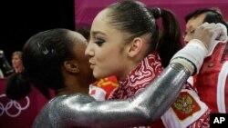 美国体操选手道格拉斯(左)祝贺俄罗斯选手穆斯塔芬娜夺得金牌