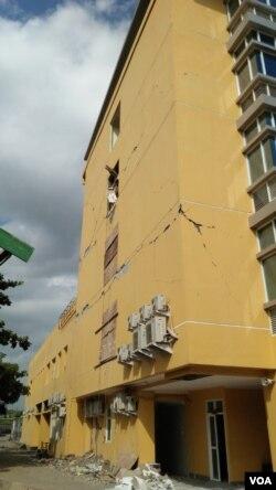 Dinding rumah sakit di Lombok yang pecah-pecah. (Foto: VOA/Nurhadi)