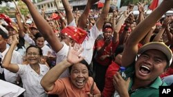 1일 실시된 미얀마 보궐선거에서 소속당 민주주의민족동맹이 아웅산 수치 여사의 당선을 발표하자 일제히 환호하는 지지자들