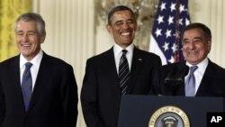 Le président Obama en compagnie de Chuck Hagel (à g.) et de Leon Panetta (7 jan. 2013)